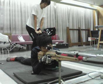 [写真]射撃練習をする新田選手