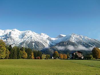 [写真]窓からの山々の景色