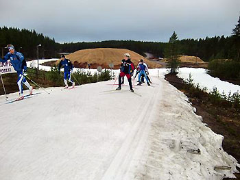 [写真]外に雪を盛られ作られたスキーコース