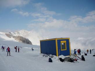 [写真]氷河でスキー